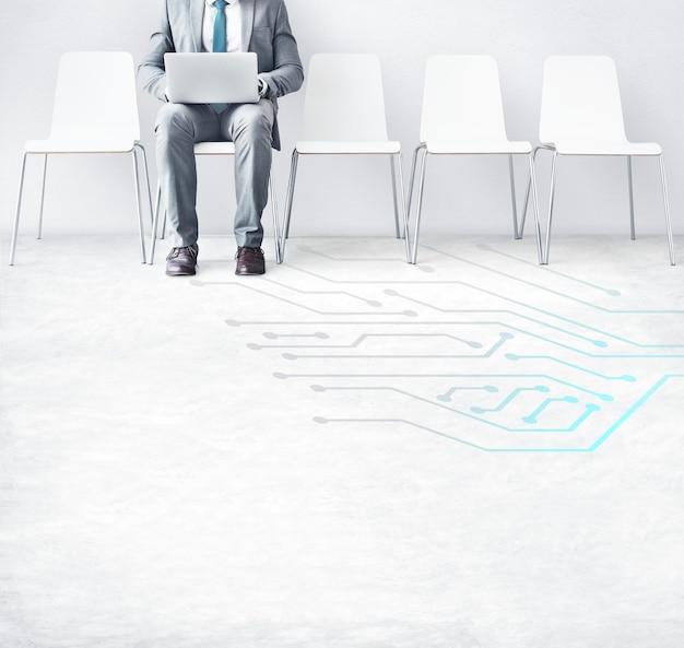 Biznesmen szuka na laptopie