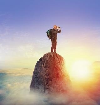 Biznesmen szuka nowego horyzontu, nowych możliwości biznesowych, nowego biznesu