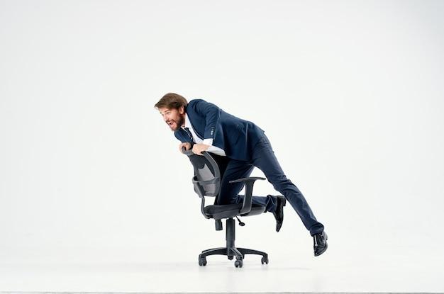 Biznesmen toczący się w biurze pracy rozrywkowej na krześle