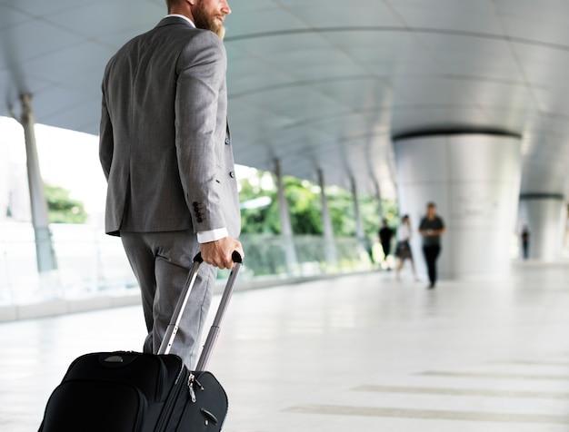 Biznesmen trzyma bagaż na podróż służbową