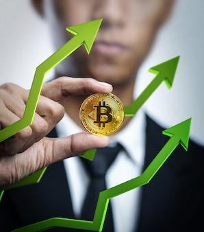 Biznesmen trzyma bitcoin z zieloną 3d strzała up. cena bitcoin going up concept