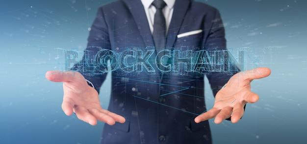 Biznesmen trzyma blockchain tytuł odizolowywającego