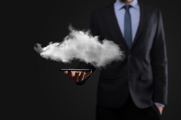 Biznesmen trzyma chmurę. koncepcja przetwarzania w chmurze.