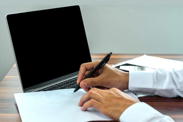 Biznesmen trzyma długopis, pisanie na papierowym dokumencie, praca z bliska, pisanie ręcznej roboty