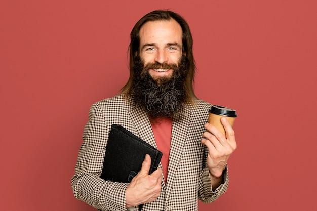 Biznesmen trzyma filiżankę kawy