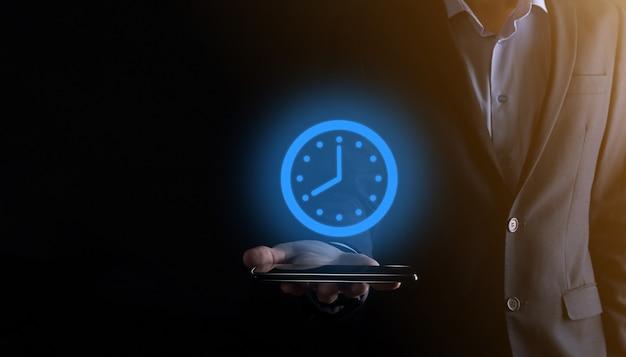Biznesmen trzyma ikonę zegara