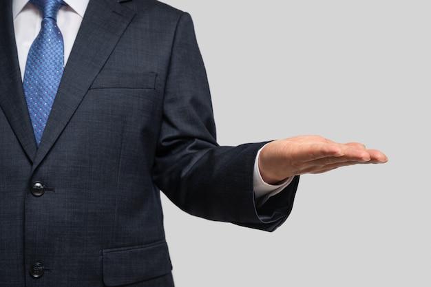 Biznesmen trzyma jego dłoń. z miejsca na kopię.
