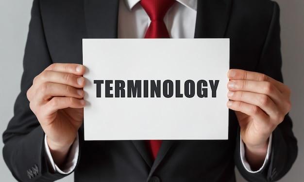 Biznesmen trzyma kartę z terminologią tekstową