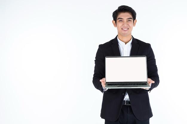Biznesmen trzyma laptopa z białym ekranem