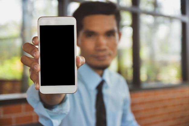 Biznesmen trzyma mądrze telefon