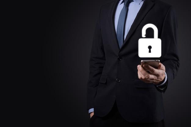 Biznesmen trzyma na dłoni ikonę otwartej kłódki. odblokowywanie wirtualnej blokady. koncepcja biznesowa i metafora technologii dla cyberataku, przestępczości komputerowej, bezpieczeństwa informacji i szyfrowania danych.