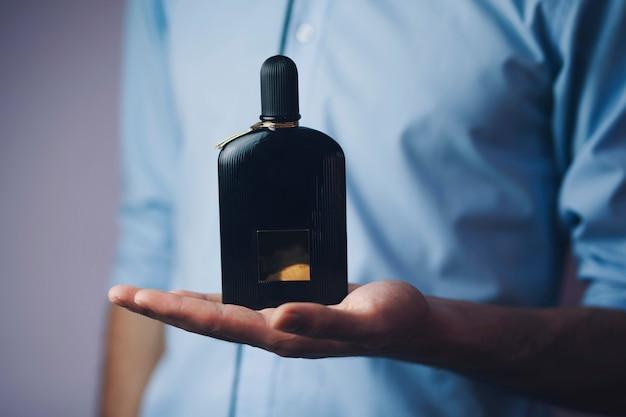 Biznesmen trzyma perfumy