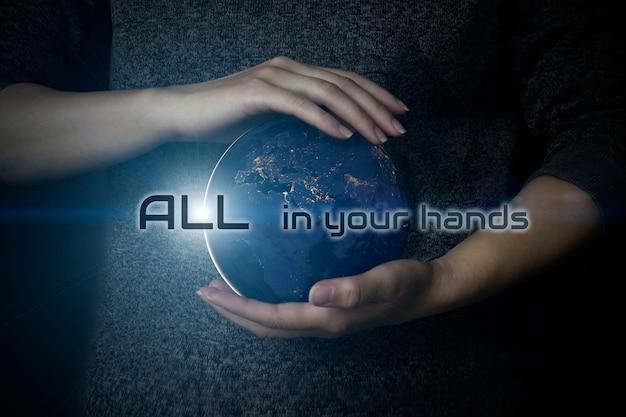 Biznesmen trzyma w rękach z globalną koncepcją połączenia. koncepcja oszczędzania energii. dzień ziemi. elementy tego obrazu dostarczone przez nasa.