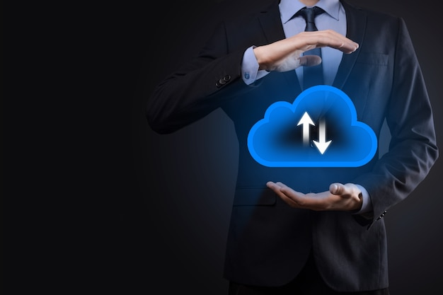 Biznesmen trzymać ikonę chmury. koncepcja przetwarzania w chmurze - podłącz inteligentny telefon do chmury. informatyka sieci informatyka z inteligentny telefon. koncepcja dużych danych.