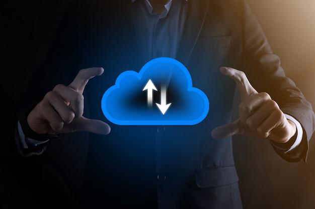 Biznesmen trzymać ikonę chmury