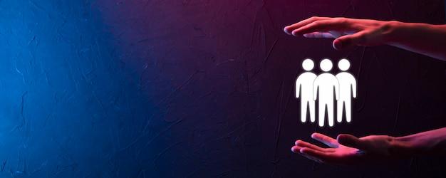 Biznesmen Trzymać Ikonę Pracy Zespołowej. Budowanie Silnego Zespołu. Ludzie Ikona. Zasoby Ludzkie I Koncepcja Zarządzania. Sieci Społecznościowe, Koncepcja Centrum Oceny, Audyt Osobisty Lub Koncepcja Crm. Premium Zdjęcia
