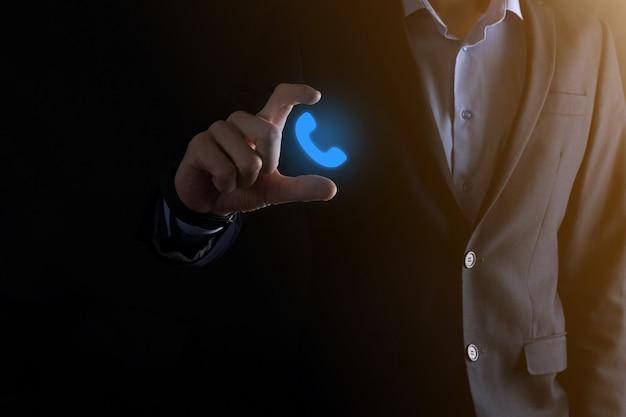 Biznesmen trzymać ikonę telefonu