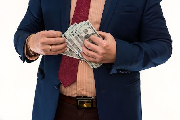 Biznesmen trzymaj i licz pieniądze