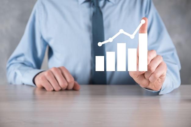 Biznesmen trzymaj rysunek na ekranie rosnący wykres, strzałka ikona dodatniego wzrostu