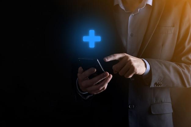 Biznesmen trzymając smartfon i niebieski krzyż