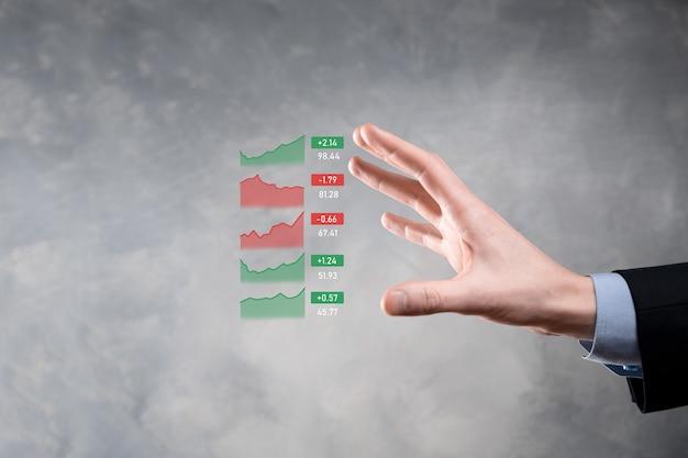 Biznesmen trzymając tablet analizujący dane dotyczące sprzedaży i wykres wzrostu gospodarczego, strategię biznesową i planowanie, marketing cyfrowy i giełdę.