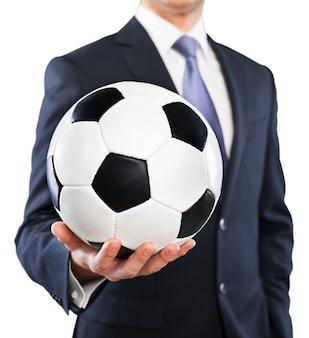 Biznesmen trzymający piłkę nożną