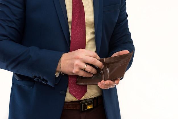 Biznesmen trzymający pusty portfel