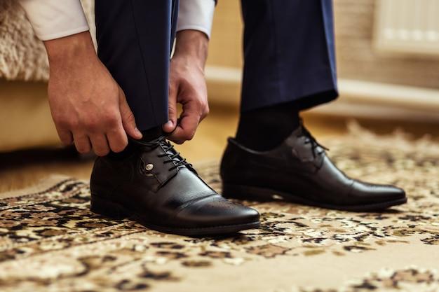 Biznesmen ubrania buty, człowiek przygotowuje się do pracy, pana młodego rano przed ceremonią ślubną
