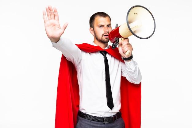 Biznesmen ubrany jak superbohater krzyczący przez megafon na białym tle