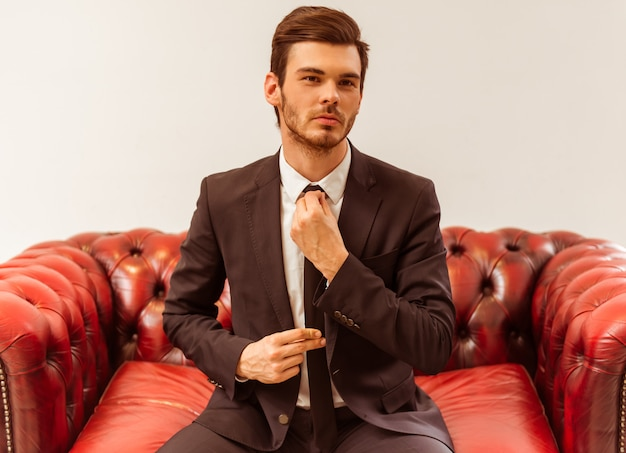 Biznesmen ubrany w klasyczny garnitur.