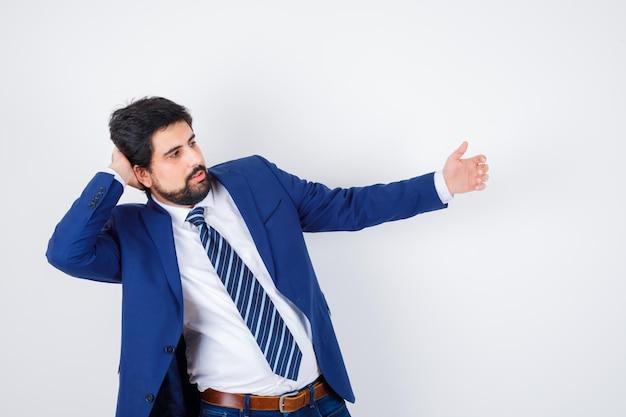 Biznesmen udaje wziąć selfie w formalnym garniturze i wygląda poważnie. przedni widok.