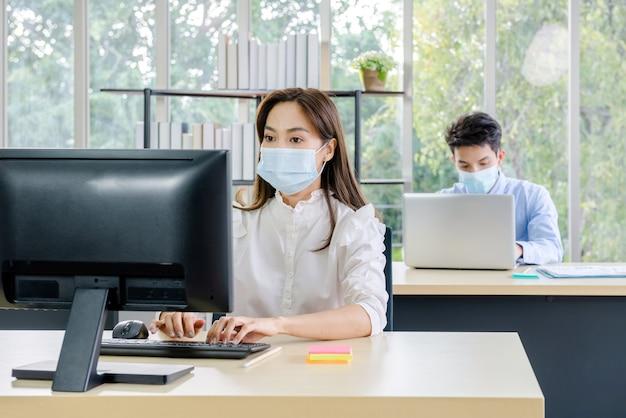 Biznesmen ufny z maską na twarz i kobietą biura pracowników