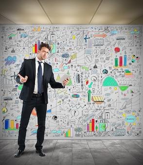 Biznesmen ujawnia analizę w sali konferencyjnej
