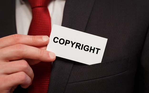 Biznesmen umieszczenie karty z tekstem copyright in the pocket
