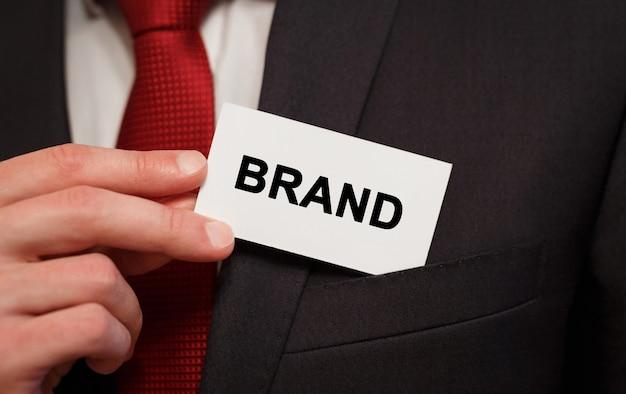 Biznesmen umieszczenie karty z tekstem marka w kieszeni