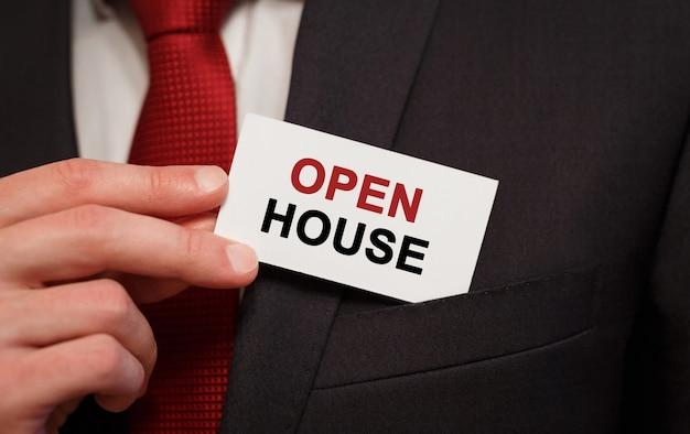 Biznesmen umieszczenie karty z tekstem open house in the pocket