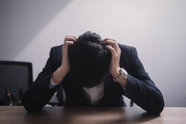 Biznesmen upada i poważny w biurze