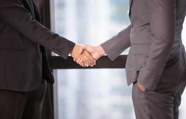 Biznesmen uścisk dłoni w biurze