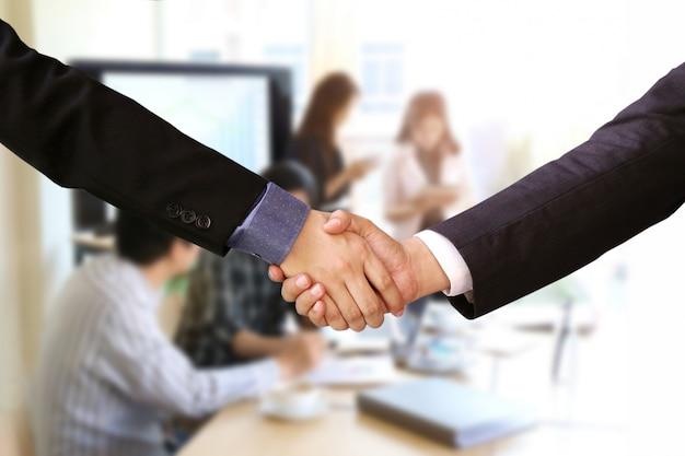 Biznesmen uścisk dłoni z pracy zespołowej firmy