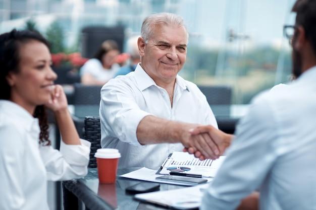 Biznesmen uścisk dłoni ze swoim rozmówcą