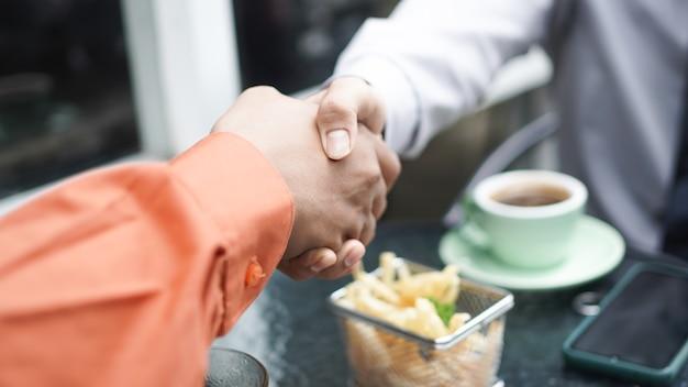 Biznesmen uścisnąć dłoń zakończyć spotkanie