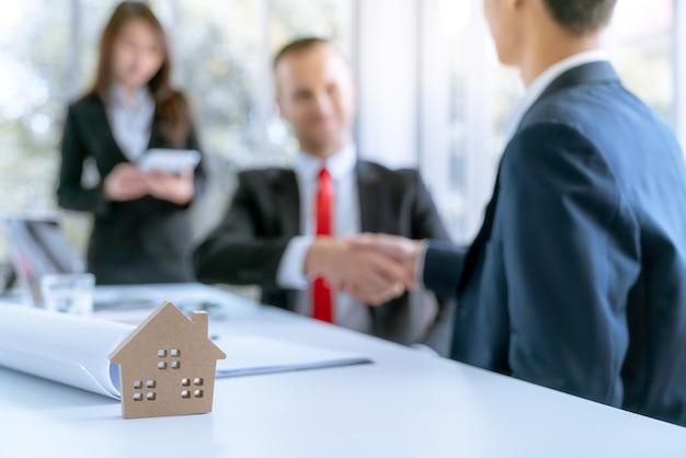 Biznesmen uścisnąć dłoń zgadzam się transakcja duży projekt nieruchomości