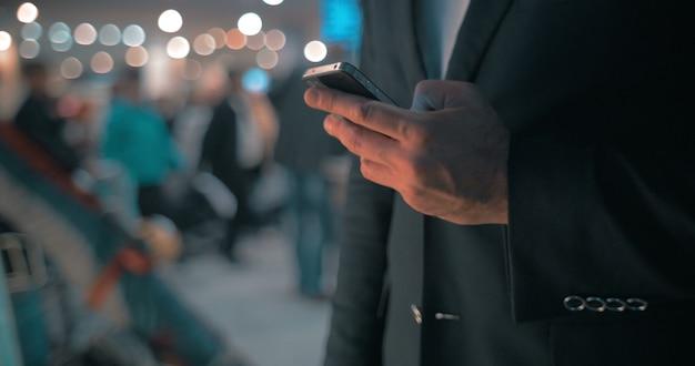 Biznesmen utrzymujący kontakt
