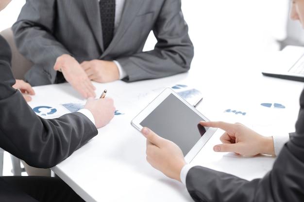 Biznesmen używa cyfrowego tabletu, aby znaleźć partnerów.