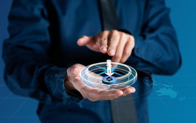 Biznesmen używa cyfrowej nawigacji kompasu