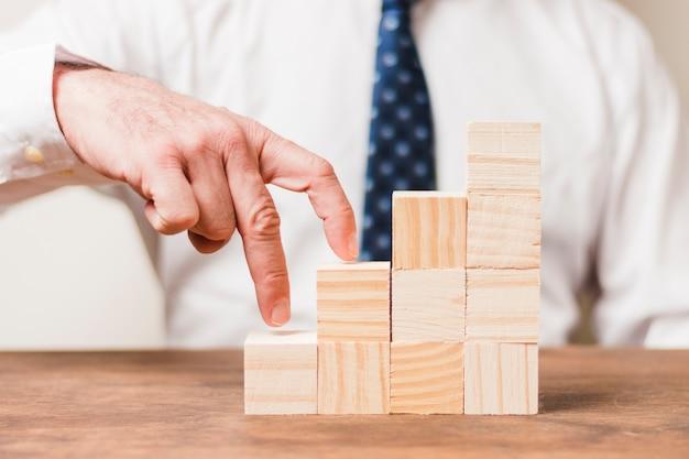 Biznesmen używa drewnianych kawałki