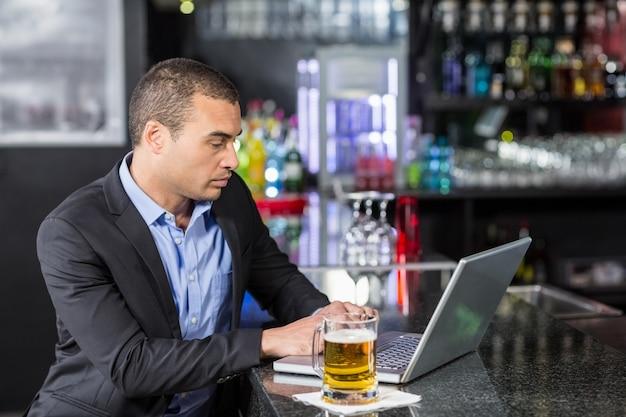 Biznesmen używa jego laptop