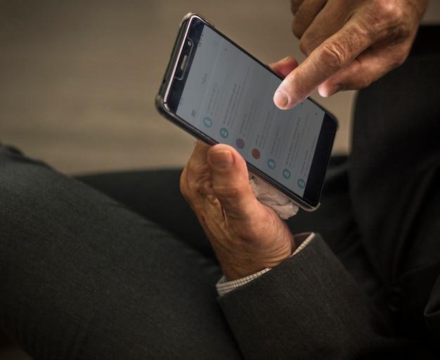 Biznesmen używa jego telefon komórkowego