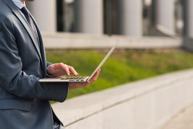Biznesmen Używa Laptop Outdoors Darmowe Zdjęcia