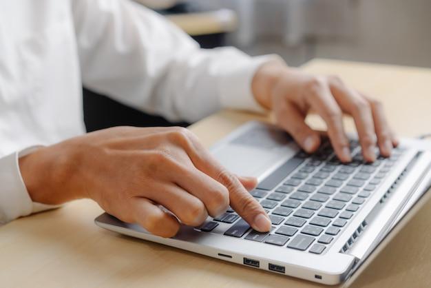 Biznesmen używa laptop w biurze